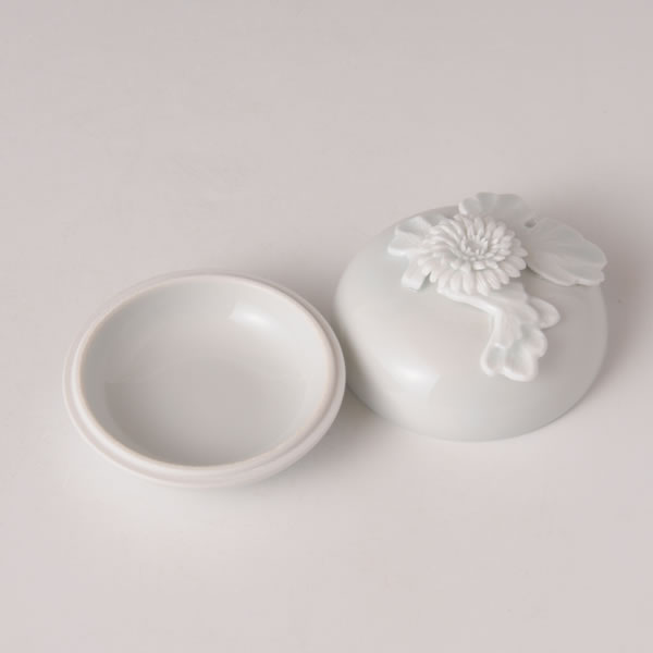 HIRADOKIKKAKAZARI KOGO (Incense Container of Chrysanthemum Flower decoration) Mikawachi ware
